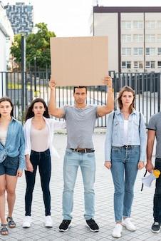 一緒に立っている活動家のグループ