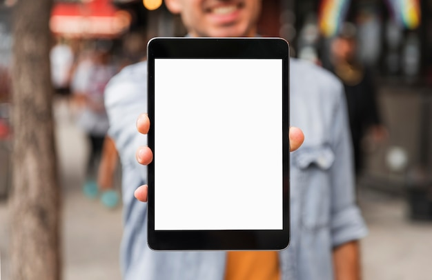 正面の大きなタブレットのモックアップ