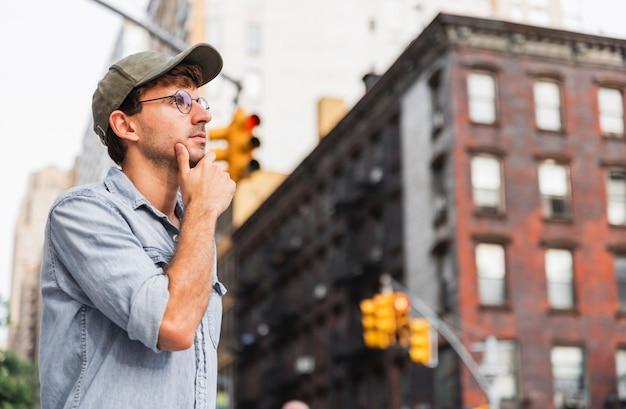 彼のあごを支える眼鏡の男