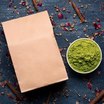 Вид сверху зеленого азиатского чая маття на столе