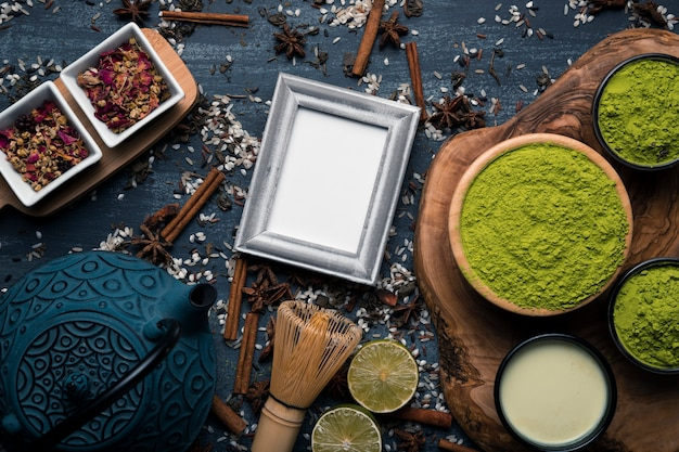 Вид сверху набор чая маття с макетом