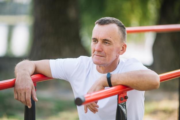 運動後の残りの部分を持つ年配の男性