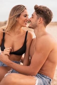 正面の若いカップルのロマンス