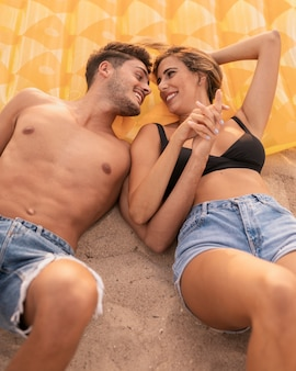 時間を楽しんでビーチで美しいカップル