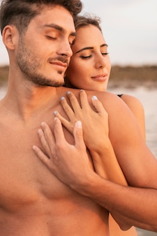 Вид спереди пара обниматься и проводить время вместе