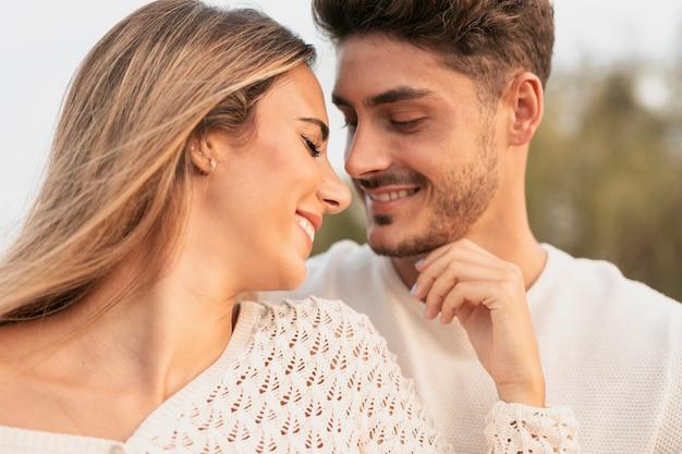 Вид спереди прекрасной пары, улыбаясь