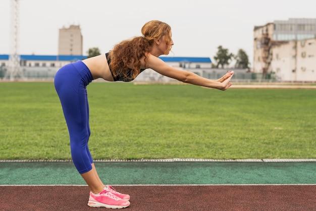 若いスポーツ選手とのストレッチプロセス