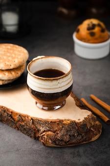 Высокий угол кофе и сладости на завтрак
