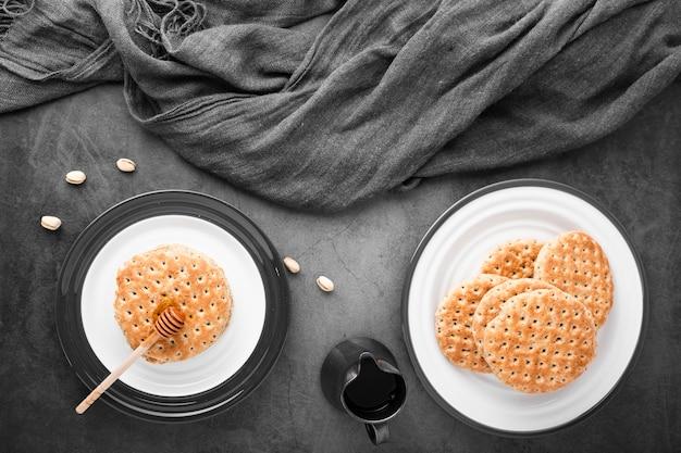 Вид сверху набор из двух тарелок с целыми блинами