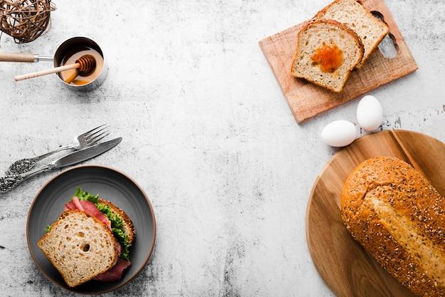 トップビューの朝食サンドイッチの食材