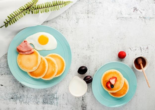 Вид сверху завтрак блины