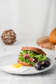 健康的なサンドイッチの高角度のビュー