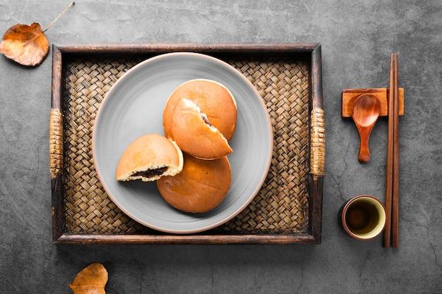 パンケーキと紅葉の木製トレイのトップビュー