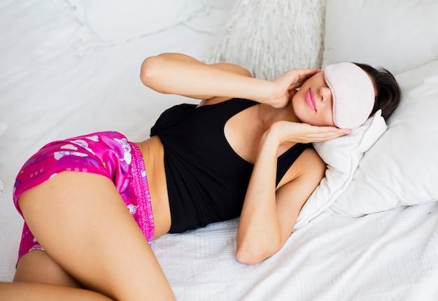 睡眠マスクを持つ女性