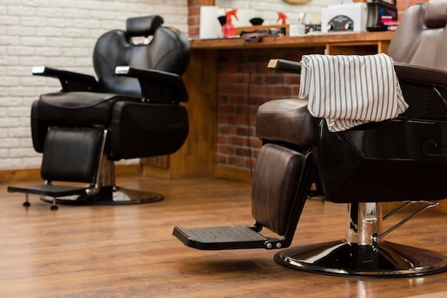 プロの理髪店の革の空の椅子