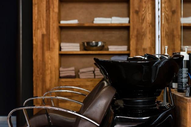 専門の椅子を備えた理髪店の洗面台