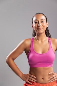 Красивая молодая женщина в спортивной одежде