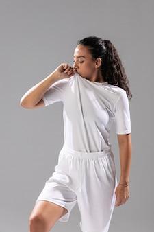 Вид спереди подходит женщина в спортивной одежде