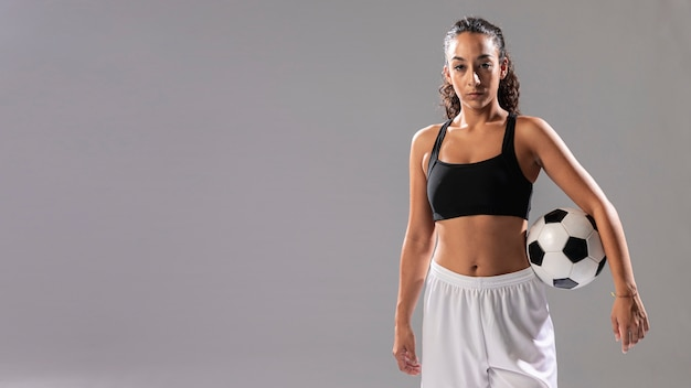 Вид спереди женщина в спортивной одежде