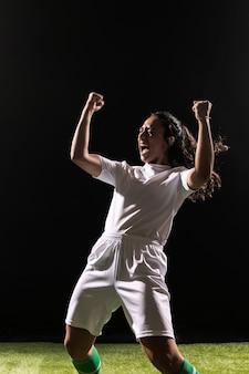 Взрослая женщина в спортивной одежде празднует