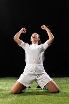 Полный выстрел женщина в спортивной одежде празднует