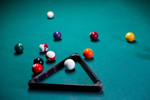 プールボールと三角形の高角度配置