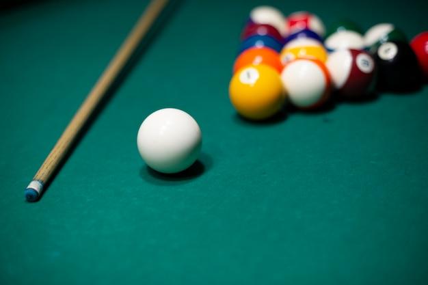 テーブルの上のプールボールと高角度の品揃え