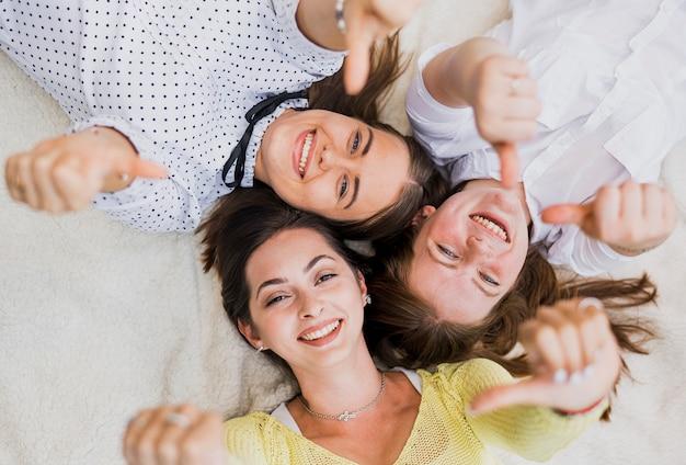 Вид сверху девочек-подростков, показывая знак ок