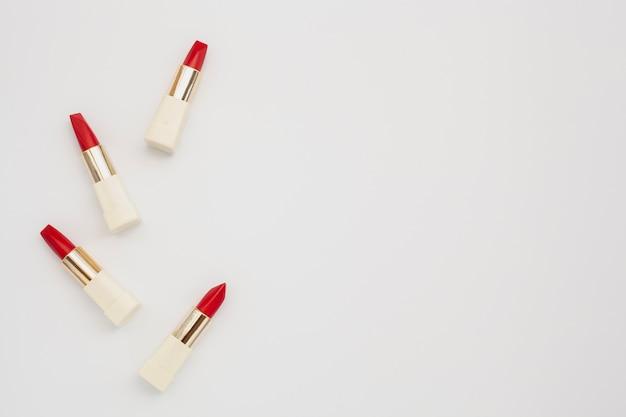 赤い口紅とコピースペースのトップビューフレーム