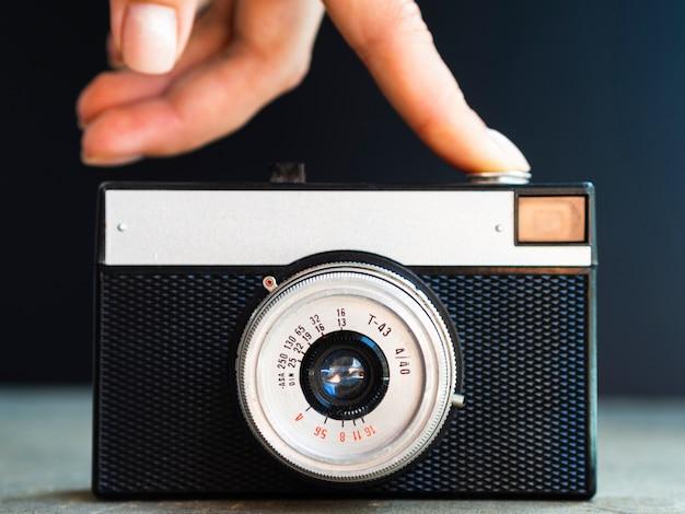 カメラをオンにする正面図の手