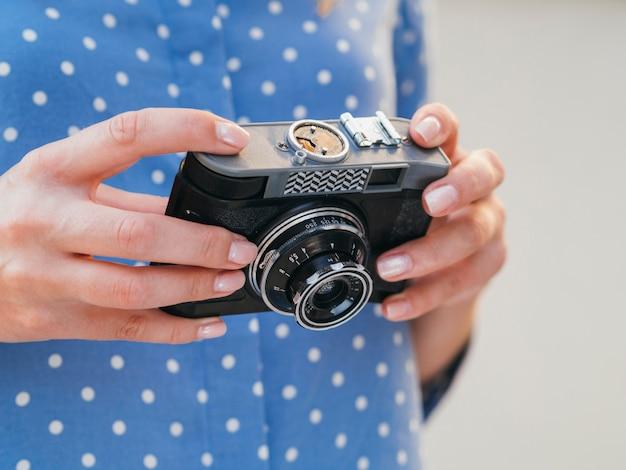 Женщина, держащая устройство камеры