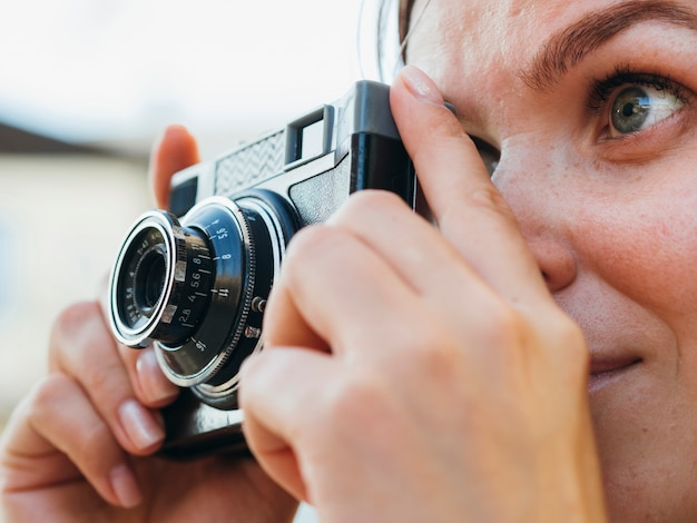 クローズアップ女性の写真を撮る