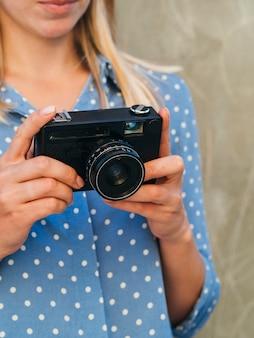 電子カメラデバイスを持つ女性