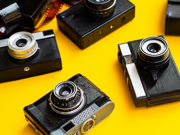 Крупный план нескольких ретро фотоаппаратов