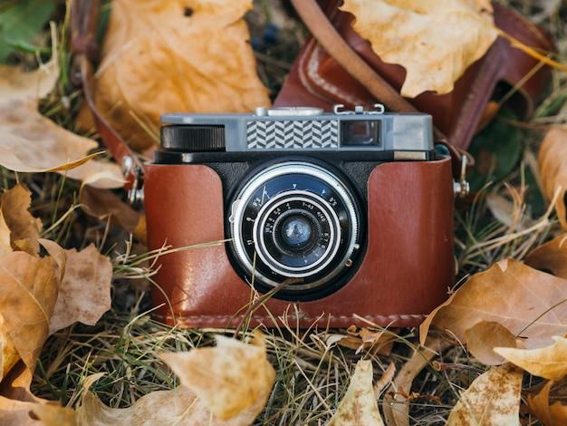 革のバッグにレトロな写真カメラのクローズアップ