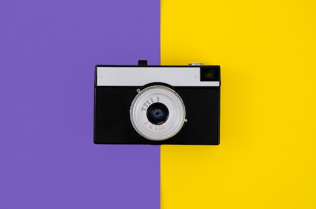Вид сверху старинный фотоаппарат с красочным фоном