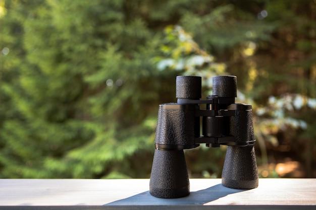 正面の自然と双眼鏡