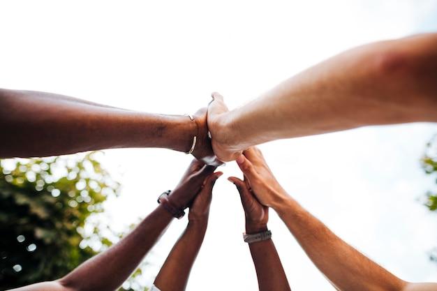Межкультурные руки под низким углом объединились