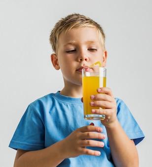 ジュースのグラスとクローズアップの子供