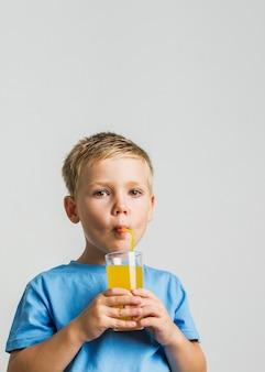 ジュースのガラスと正面少年