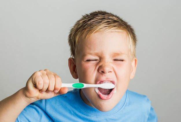 彼の歯を磨く愛らしい子供