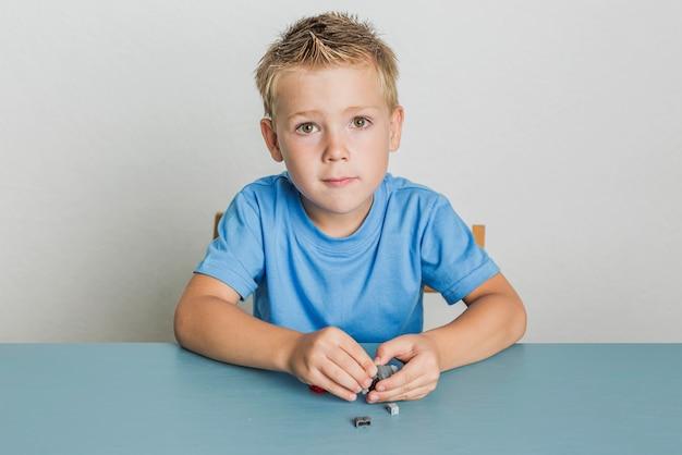 レゴで遊ぶ少年の肖像画