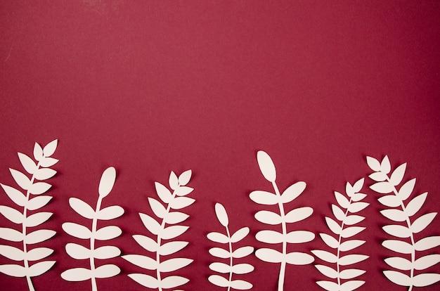 ホワイトペーパーからの人工的な葉のかわいい配置