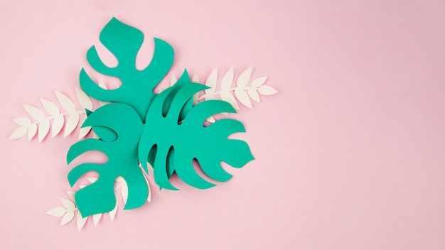 コピースペースを持つ紙のスタイルから緑の人工葉