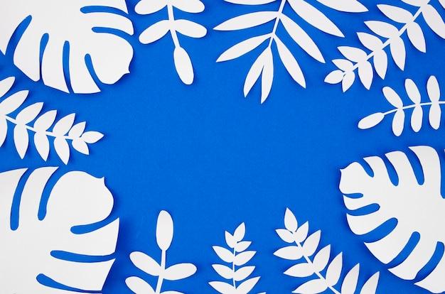 コピースペースを持つ紙のスタイルから白い人工葉