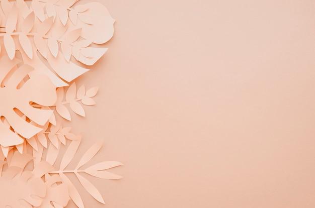 コピースペースを持つ紙カットスタイルで熱帯の葉