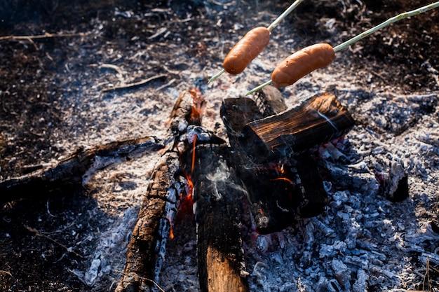 火の上で食べる準備ができているソーセージ