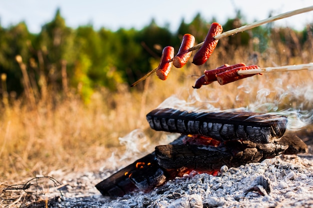 火の上の正面のおいしいソーセージ