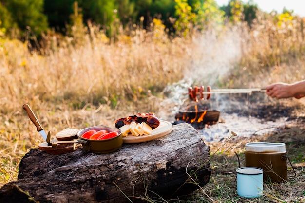 キャンプの日のおいしい新鮮な食事