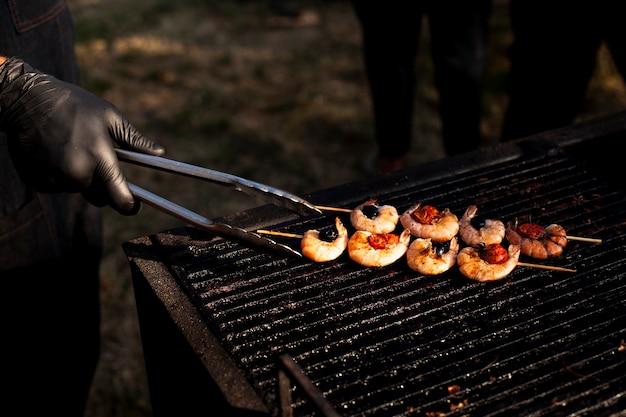 キャンプの食事のための繊細なエビのグリル